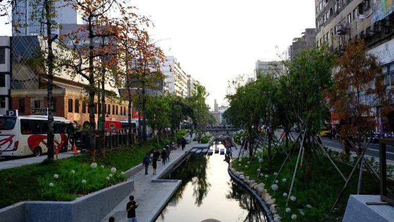 [台中] 新盛綠川水岸廊道:舊區川流重生,漫步台中的小京都水岸