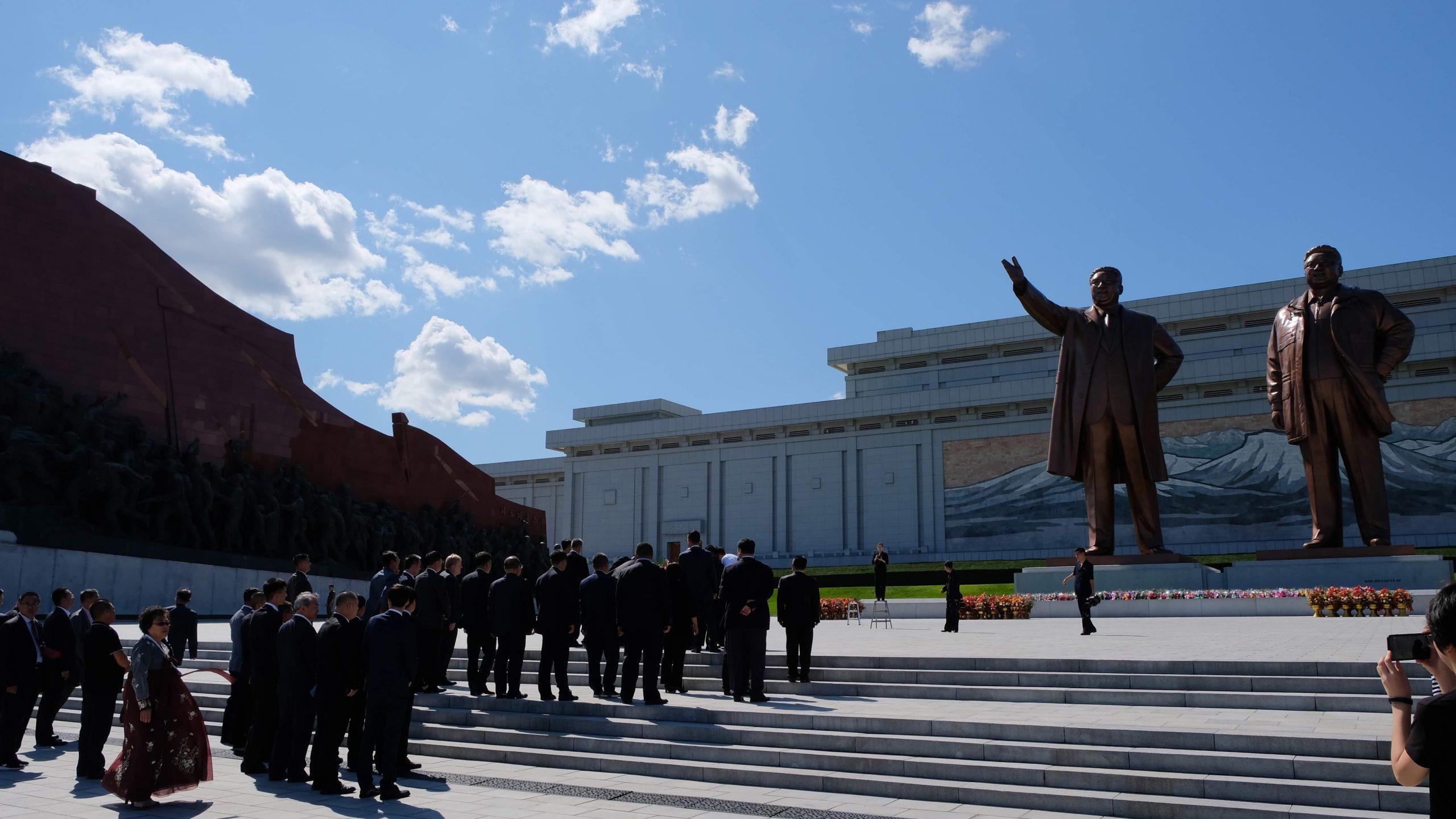[平壤] 萬壽臺大紀念碑廣場:朝鮮萬人敬仰的金日成金正日銅像